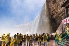 Touristes sur la plate-forme d'observation dans les chutes du Niagara Image libre de droits