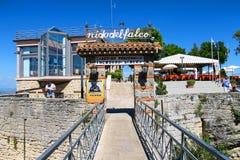 Touristes sur la plate-forme d'observation un restaurant Images libres de droits