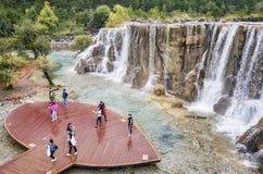 Touristes sur la plate-forme de visionnement de cascade de rivière de l'eau blanche en vallée de lune bleue Images libres de droits