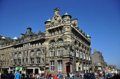 Touristes sur la rue d'Edimbourg Photographie stock libre de droits