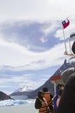 Touristes sur le bateau en Grey Lake, Torres del Paine, Chili Image stock