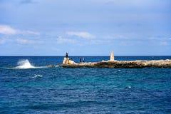 Touristes sur le brise-lames, baie de Ramla Photos stock