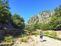 Touristes sur le chemin de Lycian image libre de droits