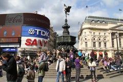 Touristes sur le cirque de Piccadilly Images libres de droits