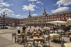 Touristes sur le commandant de plaza à Madrid, Espagne Photographie stock libre de droits