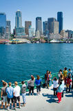 Touristes sur le ferry approchant Seattle Photo stock