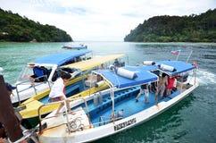 Touristes sur le hors-bord à l'île de Sapi dans Sabah image stock