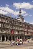 Touristes sur le maire de plaza à Madrid, Espagne Image stock