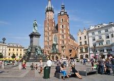 Touristes sur le marché carré à Cracovie, Pologne Photo stock