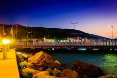 Touristes sur le pont Photo stock