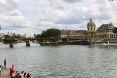 Touristes sur le pont au-dessus de la Seine, Paris Photos stock