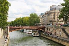 Touristes sur le pont au-dessus de la Seine, Paris Photo libre de droits