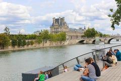 Touristes sur le pont au-dessus de la Seine, Paris Photographie stock
