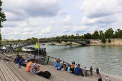 Touristes sur le pont au-dessus de la Seine, Paris Photo stock