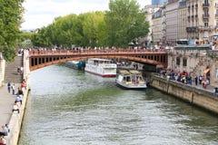 Touristes sur le pont au-dessus de la Seine, Paris Image libre de droits