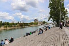 Touristes sur le pont au-dessus de la Seine, Paris Images libres de droits