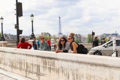 Touristes sur le pont au-dessus de la Seine, Paris Photographie stock libre de droits