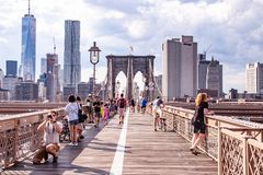Touristes sur le pont de Brooklyn, NYC, Etats-Unis images libres de droits