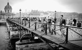 Touristes sur le Pont de l'Archeveche à Paris dans les Frances Image stock