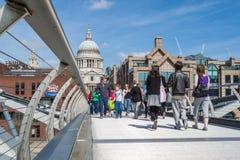 Touristes sur le pont de millénaire Photos stock