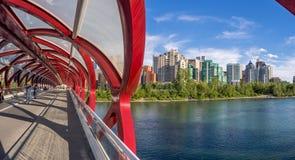 Touristes sur le pont de paix Photographie stock libre de droits