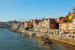 Touristes sur le remblai de rivière de Duoro Photographie stock