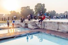 Touristes sur le terrain de Taj Mahal à Âgrâ Photos libres de droits