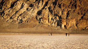 Touristes sur les appartements de sel au bassin de Badwater dans Death Valley Images libres de droits