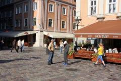 Touristes sur les rues de matin de la vieille ville Photographie stock