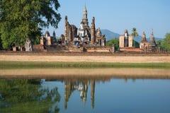 Touristes sur les ruines du temple bouddhiste antique Wat Mahathat Parc historique de Sukhothai Photo libre de droits