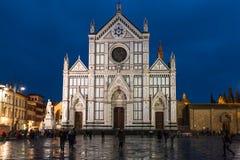 Touristes sur Piazza Santa Croce dans la nuit pluvieuse Image libre de droits
