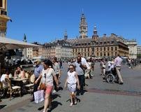 Touristes sur Place du Général de Gaulle à Lille, France Photographie stock