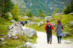 Touristes sur sentiers de randonnée autour de Konigssee pittoresque, connu sous le nom de ` s de l'Allemagne le plus profond et l images stock