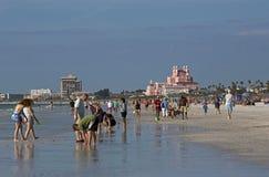 Touristes sur St Pete Beach, la Floride Images libres de droits