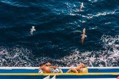 Touristes sur un bateau de croisière Photographie stock