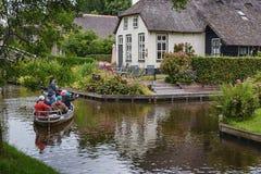 Touristes sur un bateau prenant des photos des attractions locales Image libre de droits