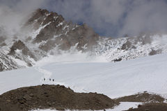 Touristes sur un glacier, descendant Photo stock