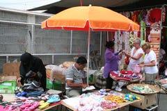 Touristes sur un marché en plein air Images stock
