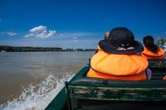 Touristes sur un petit bateau Image libre de droits