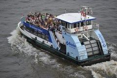 Touristes sur une embarcation de plaisance, Hambourg, Allemagne Photos libres de droits