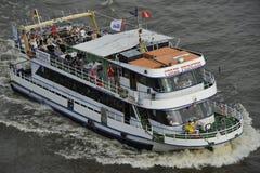 Touristes sur une embarcation de plaisance, Hambourg, Allemagne Photo stock