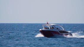 Touristes sur une excursion dans une voile de yacht sur les vagues de la mer Mouvement lent banque de vidéos
