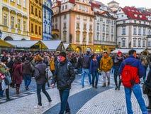 Touristes sur une rue à un centre de Prague image stock