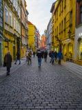 Touristes sur une rue à un centre de Prague photo stock