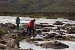 Touristes traversant la rivière Photo stock