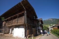 Touristes trimardant dans les Alpes italiens Photo libre de droits