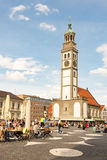 Touristes à un café de rue à Augsbourg Photographie stock libre de droits
