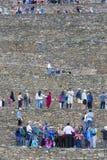 Touristes visitant des ruines d'Inca d'Ollantaytambo près de Cusco, Pérou Image libre de droits