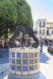 Touristes visitant et faisant des emplettes à la place des martyres juifs dans la vieille ville de Rhodes, Dodecanese, Grèce image stock