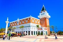 Touristes visitant et prenant la photo avec le nouveau bâtiment de Venezia Image stock